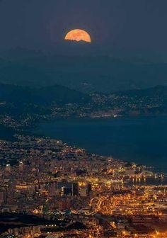 La luna che vigila su Genova