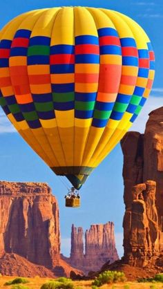 Hot air balloon ride over Monument Valley, Arizona, USA. Air Balloon Rides, Hot Air Balloons, Big Balloons, Air Ballon, Arizona Usa, Sedona Arizona, Arizona Travel, Zeppelin, Belle Photo