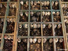 Alte traditionelle Knöpfe aus Kupfer und anderem Material auf dem Mittelaltermarkt in Großauheim am Main