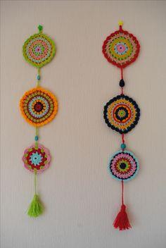 Mandalas en hilo de algodón, tejidos a crochet. En las cuerdas que los unen se intercalaron piedras decorativas. Crochet Wall Art, Crochet Wall Hangings, Crochet Home Decor, Love Crochet, Crochet Crafts, Crochet Projects, Knit Crochet, Crochet Dreamcatcher, Crochet Mandala