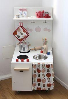 Ich nicht, soviel steht schon mal fest… Vielleicht die kleine Paula, die zu ihrem zweiten Geburtstag eine selbstgebaute Küche aus einem alten Phonomöbel bekommen hat. Die Küche hat eine Leser von Hyggelig gebaut und ich freu mich, dass sie nun meine Sammlung erweitert. Ihr habt auch noch eine Kinderküche, einen... Read More →