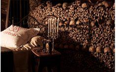 Ti piacerebbe trascorrere la notte di Halloween nelle catacombe di Parigi, gratis? Scopri come! Ti piacerebbe passare la notte di Halloween nelle catacombe di Parigi in compagnia di 6 milioni di morti? Airbnb te ne offre l'opportunità, gratis: devi presentare la candidatura (il link è nell'arti #parigi #catacombe #halloween #dormire