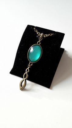 Collier Outlander poignard celtique cabochon vert bronze antique féérique Sassenach Fraser idée cadeau Miss Perles