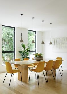Modern dining room with rectangular wood dining table and yellow dining chairs. Dining Room Design, Dining Room Table, Dining Rooms, Dining Area, Design Kitchen, Modern Dining Room Chairs, Round Dining, Modern Table, Yellow Dining Chairs