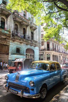 caratteristica macchina anni 60 lungo una strada dell'havana cuba