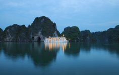 Short guides & tips below will help you enjoy a perfect cruise trip in Vietnam. Text: Que Lan 1. Making a schedule International guests often travel to Vietnam in winter from December to April. However, the best weather for you to travel in the country is April, May, June or September and October because the