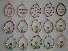 Velikonoční vejce z korálků - korálkové vajíčko Vajíčko lze pověsit na záclonu (má neuzavřené očko), na mašličku nebo větvičku. Velikost 6,5 x 4,5 cm. Lze zaslat i za obyčejné poštovné (na vaše riziko). 1 ks Barvy dle přání. Egg Decorating, Diy Home Crafts, Diy Projects To Try, Easter Crafts, Decorative Plates, Wire, Sculpture, Beads, Creative