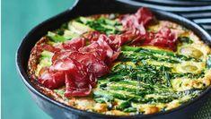 Giv den klassiske æggekage et sommerligt tvist med grønne asparges og nye kartofler. Her får du opskriften på æggekage med grøntsager og bresaola