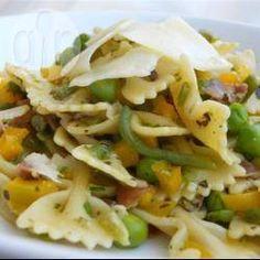 Pasta primavera is een Italiaans gerecht van pasta en verse groenten. In deze versie wordt farfalle pasta gebruikt, sperziebonen, erwten en gele paprika en op smaak gebracht met citroenrasp, knoflook, peterselie en geroosterde amandelen.