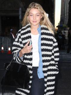 Model Gigi Hadid ist in New York unterwegs. Bei ihrem coolen Look fällt erst auf den zweiten Blick auf, dass sie gar kein Make-up trägt. Seht hier die besten Streetstyle Looks aus den coolsten Fashion Blogs und den Mode-Metropolen weltweit - von Paris über Moskau und New York: Street Style