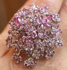 Bague fleurs tasaki en saphirs roses et diamants ©BérengèreTreussard2017 Diamond Jewelry, Diamond Earrings, Saphir Rose, Gems And Minerals, High Jewelry, Bvlgari, Couture, Sapphire, Bows