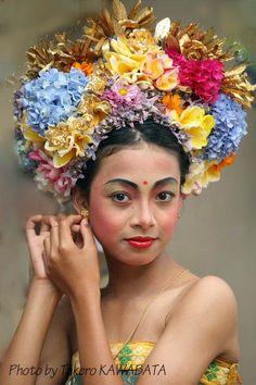 Setting the ear ring - , Bali