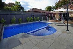 piscina pèqueña patio tumbona sombrilla