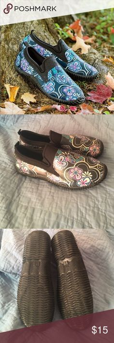 Plow & Hearth garden clogs These comfortable cute clogs are perfect for gardening or a rainy ☔️️day! They are in almost new condition! plow and hearth  Shoes