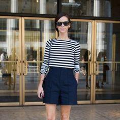 Look casual chic com inspiração navy: shorts de alfaiataria azul marinho e t-shirt listrada