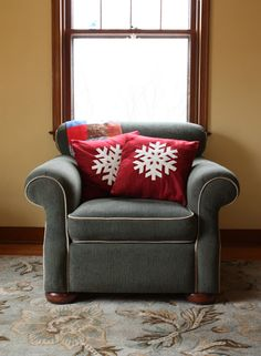 Noodlehead: snowflake pillows. Use fabric paint instead of felt? Because I don't have enough craft ideas...