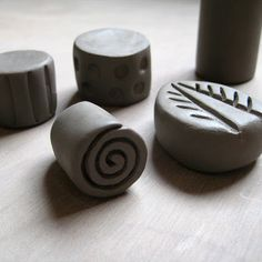http://potsandpaint.blogspot.fr/2012/09/how-to-make-pottery-stamps-and-seals.html