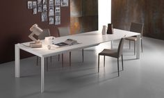 Tavolo allungabile City City è un tavolo da soggiorno allungabile in legno con struttura e gambe in massello di frassino e piano in rovere tinto. Progettato con le gambe spesse solo 7 cm a taglio obliquo che ne caratterizzano l'estetica. Un pratico sistema di allunghe in alluminio anodizzato o brunito consente l'estensione del piano d'appoggio per un'altissima stabilità. In dotazione una sacca per inserire le allunghi.
