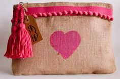 Resultado de imagen para bolsos con arpillera Alpillera Ideas, Diy Pencil Case, Boho Bags, Boho Diy, Womens Purses, Zipper Pouch, Cosmetic Bag, Purses And Bags, Burlap
