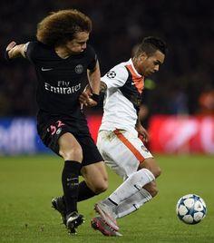 Msrcado por David Luiz, Alex Teixeira protege a bola em partida da Champions League (Franck Fife - 8.dez.2015/AFP)
