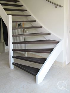 Wengé onderkwart trap met RVS strip en leuning