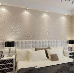 schönes schlafzimmer - mit silberner wandfarbe