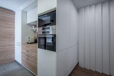 Office de una cocina en tonos blancos y madera con electrodomésticos integrados.   Cocina Santos - Cocina blanca - Cocina con isla - cocina abierta - mármol - cocina de mármol - kitchen - open kitchen - white kitchen - Cocina moderna - decoración - interiorismo - decor - minimal - minimalismo - nórdico