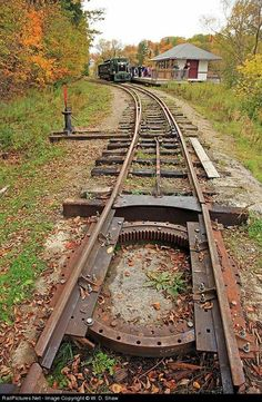 Net Photo: HLBR 3 Huntsville and Lake of Bays Railway GE at Huntsville, Ontario, Canada by W. Shaw this odd little home-built turntable Abandoned Train, Abandoned Places, Train Miniature, Tramway, Railroad Pictures, Rail Transport, Railroad Photography, Bonde, Train Pictures