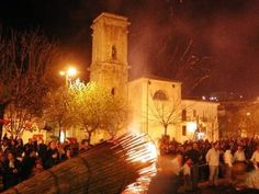 On Good Friday, in the town of San Marco in Lamis, a traditional celebration takes place where split tree trunks filled with sticks of wood are set alight. The huge burning torches are piled on small wagons to light the way for a procession carrying a statue of the Madonna Addolorata.