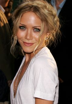 MK MARY KATE OLSEN FASHION STYLE BLOG WEED PREMIERE MILKMAID BRAID FAN LEAF WING EARRING DEEP V NECK T SHIRT LONG CHAIN NECKLACE BEAUTY HAIR EVENT SMILE