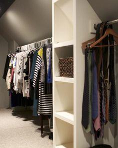 dressing-sous-pente-ouvert-penderie-avec-une-colonne-de-rangement-idée-aménagement-espace-sous-combles