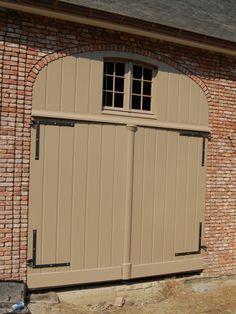 houten garagepoort met bovenwaaier Garages, Old And New, Beautiful Homes, Garage Doors, Yard, Cottage, Colours, Outdoor Decor, Home Decor