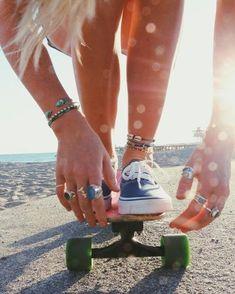 Ein Longboard ist perfekt für den Boulevard am Strand - Today Pin Moda Skate, Look Skater, Skateboard Girl, Skateboard Clothing, Skate Clothing, Skateboard Parts, Skate Girl, Longboarding, Surf Style