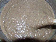 V mléce rozmícháme žloutek, vanilkové cukry, moučkový cukr a ořechy a za stálého míchání (rádo se připaluje) vaříme do úplného zhoustnuní. Chce...