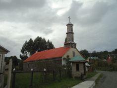 Una bella iglesia rural en la Isla de Lemuy: Lincay. Iglesias, Bella, Statue Of Liberty, Chile, Cabin, House Styles, Travel, Decor, Towers