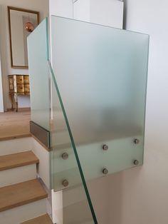 Ganzglasgeländer sind in der modernen Architektur nicht mehr wegzudenken. Als ein Element, welches sowohl schützt als auch transparent kaum in Erscheinung tritt, ist es bei vielen Architekten und Architektinnen ein beliebtes Gestaltungselement.  Die Ganzglasgeländer von Stroff Metalltechnik kommen ganz ohne Pfosten aus und sind damit konsequent in ihrer Erscheinung. Die Elemente werden aus VSG Sicherheitsglas hergestellt und sind 16 mm dick. Aluminium, Stairs, Home Decor, Safety Glass, Modern Architecture, Architects, Benefits Of, Stainless Steel, Stairway