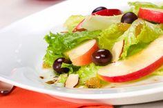 Sommer-Salate: Grüner Salat mit Baumnüssen und Apfel