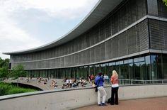 """Universitäten sind Horte der Bildung. In ihnen sollen sich die Gedanken frei entfalten können. Nicht so in den Gebäuden der Düsseldorfer Universität, schreibt Leserin Tabea Katernberg: Innen herrsche """"der Charme einer Tiefgarage"""". Sie fühlt sich wie bei einem Ausflug in den Tierpark: """"Da gibt's Treppenhäuser, die mit ihren kotbraunen Wänden und den dicken Metallrohrgeländern an das Nilpferdhaus im Zoo erinnern."""""""