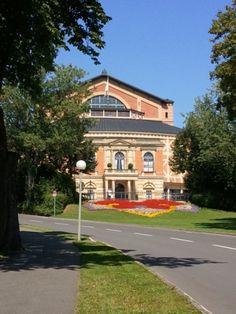 Festspielhaus Bayreuth  Zu den Richard-Wagner-Festspielen strömen Gäste aus aller Welt hierher, um eine der beliebten Wagner-Opern miterleben zu dürfen.