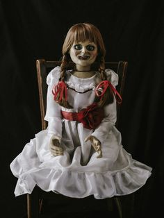 The Conjuring 2 Annabelle Doll Haunted Horror Dummy Puppet Best Horror Movies, Sci Fi Movies, Scary Movies, Halloween Doll, Halloween Horror, Halloween Costumes, Family Costumes, Movie Costumes, Annabelle Doll