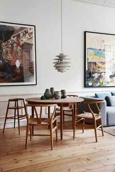 46 Perfect Scandinavian Dining Room Design Ideas That You Need To Try - Now it is easy to dine in style with traditional Swedish dining chairs. Entertain friends as well as show off your wonderful Swedish home furniture. Decor Scandinavian, Scandinavian Interior Design, Nordic Design, Contemporary Interior, Design Living Room, Dining Room Design, Esstisch Design, Design Minimalista, Dining Chairs