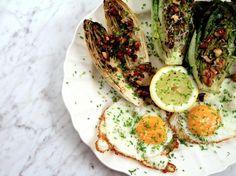 Grillad sallad med ägg och brynt smör