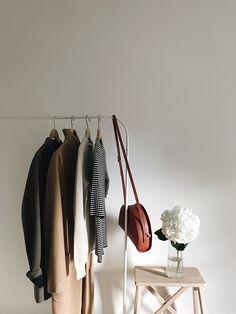 How to Create a Minimalist Capsule Wardrobe Minimalist Closet, Minimalist Home Decor, Minimalist Interior, Minimalist Art, Minimalist Fashion, Surf Decor, Fashion Capsule, Industrial Style, Wardrobe Rack