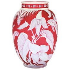 A rare and fine unsigned Thomas Webb & Sons red and white cameo glass vase, deeply carved with flowers and leaves. Red Glass, Glass Art, Aqua Glass, Perfumes Vintage, Stuart Crystal, Art Nouveau, Bronze, Contemporary Ceramics, Pots
