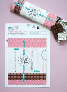 Vrolijk Valentijn! Verras je geliefde met een persoonlijke chocoladereep wikkel. Download 'm via http://vrolijkfabriek.nl/inspiratie/liefde-gaat-door-de-maag/ - VrolijkFabriek #valentijn #DIY #valentijncadeau