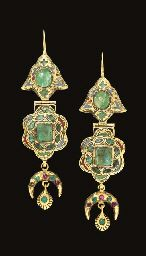 A PAIR OF MOROCCAN EMERALD SET AND ENAMELLED GOLD EARRINGS  FEZ, LATE 18TH OR EARLY 19TH CENTURY