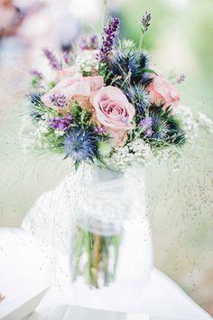 Brautstrauß mit Rosen, Lavendel, Schleierkraut...