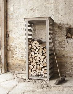 cheap and easy landscaping ideas for front yard 47 Outdoor Firewood Rack, Firewood Shed, Firewood Storage, Shed With Log Store, Diy Log Store, Log Shed, Log Home Interiors, Backyard Storage, Wood Store