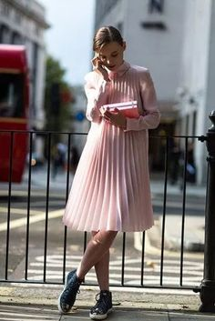 Pink pleated dress // Best London Fashion Week Street Style Spring 2015 - Street Fashion, Casual Style, Latest Fashion Trends - Street Style and Casual Fashion Trends Street Style Chic, Street Style Outfits, London Fashion Weeks, Looks Street Style, Looks Style, Teen Vogue, Look Fashion, Fashion Design, Fashion Trends