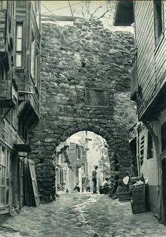 Ceneviz Surları'nın olduğu Yanıkkapı Sokağı (Galata, 1950'ler)